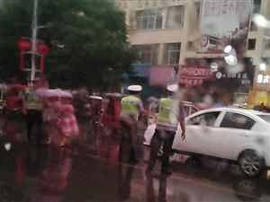 学校门口交警雨中护送小朋友过马路