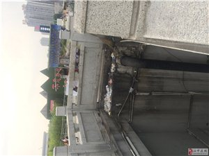 天汉大桥北侧流动摊贩污染环境