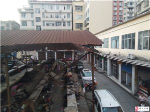二道河农贸市场内的菜市场烂棚子快要塌下来了,下面每天都有好多小朋友在那里玩耍,还是去东方幼儿园读书的