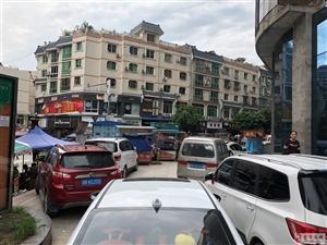 盐亭的各位交警同志,我就想请问一下,鸿宇广场那个家私后面能停车吗?这样都不开罚单?难道是关系户?占用