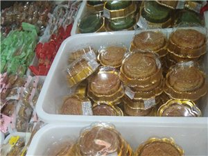 纯手工制作月饼大量上市,口味齐全,无任何添加剂的放心食品,欢迎新老客户光临,提前预订送礼品月饼一盒!