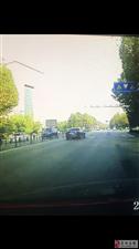 无德司机在红绿灯路口违章硬性变道