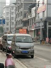 西环路星都汇红绿灯路口过去那节节乱停乱放占用公共停车位