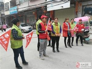 化州市平定义工联合会的义工家人和平定小学家长会成员在星期五下午放学时间在学校的各个路口维护交通秩序搞