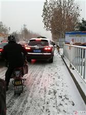 东岳大街往南温泉路上,看图吧,每天早上都是这样的交通
