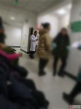 忠县拔山第二人民医院的医生上班时间公然耍手机,做B超的人特别多,也不知道这个医生是拿来干什么的,一点