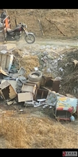 卫生城市的一大污点,九龙居小区前面的垃圾没人管。