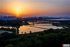 《武汉发展四环再添翼》图为:建设中的武汉四环线江夏庙山段,它将从这里跨越汤逊湖,下穿武咸城际铁路,