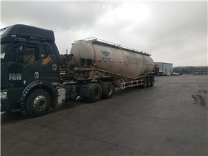 2010年水泥罐车出售