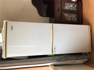 家有冰箱一台,华日品牌,价格合理,自取。上面冷藏下面冷冻。家用足够。家里换新的,有需要1394659...