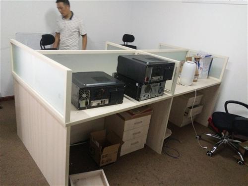 办公桌4人工位,带小柜,每个工位都有独立电源插板。很方便,很适用!适合多人同时办公。