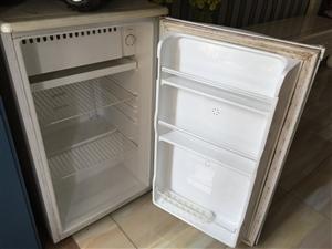 因搬新家小型冰箱闲置,工作正常,有需要自提