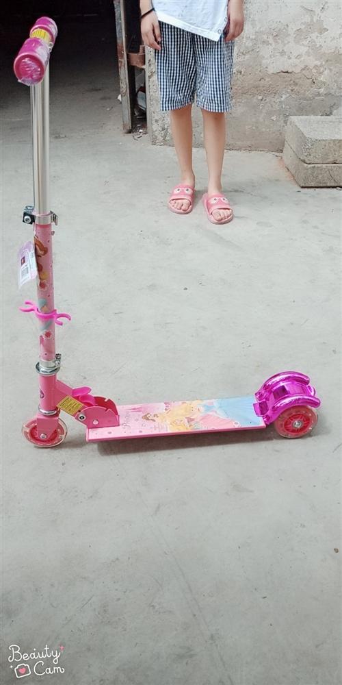 迪斯尼兒童滑板車,淘寶上賣100多。家里現在多了一輛低價出售。全新的沒拆封。