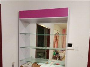 化妆展示柜,钢化玻璃隔断,里边是一个整块玻璃,下边是两开门的储物箱