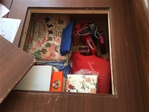1.2米单人床 八成新 带两个床头柜 床体可储物 含一个大抽屉 实用性很高 400元上门自提 诚心者...