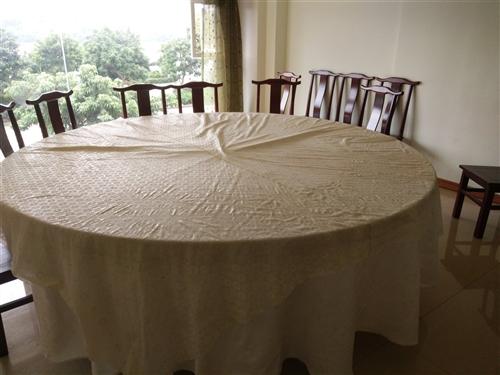 2.4米大圆桌桌面,可供15-20人同时就餐,9成新,没有瑕疵。可送桌布,非常实用便宜!
