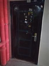 标准尺寸防盗门,新房刚换下来的,九成新!500元,超低价出售!买到就是赚到!!