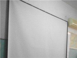 100寸,4/3白玻纤投影幕布,只需墙上一个铁钉就可以挂起来。另有爱普生1705投影仪一个。需要的联...