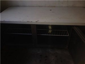 一共三个冰箱,一个柜式的,上面冷冻,下边冷藏!两个台式的分别是冷藏和冷冻,基本没有用过,价钱一共35...