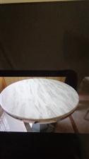 出售九成新大理石餐桌直径1.2米还带一个玻璃转盘,原价1500元,现在1000元出,质量很好