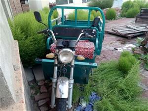 摩托助力三轮车,型号110,隆鑫牌,老俩口用2年,只是串门赶集用,没毛病。