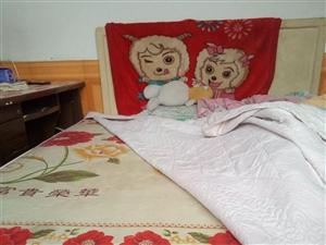 自家找木工做的床1.5x1.8,组合体可分开边上有拉门,床骨全实木,外面包的三合板稍有损伤,代棕垫,...