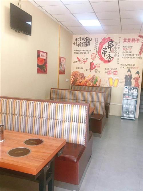 出售饭店用品桌椅板凳,冰箱,保鲜展柜,小电磁炉什么都有九成新