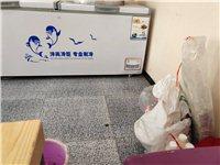 出售小吃店用的桌椅板凳 冰柜 环评抽油烟机 消毒碗柜 保温桶 等等有需要的电话联系