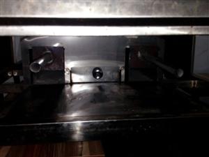 烤羊腿桌子出售,不锈钢材质,8成新9成新10成新,可做一般桌子使用可做烤羊腿使用,碳烤无烟,原价52...