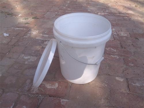 新塑料桶,裝水五十斤左右,大約一百個左右