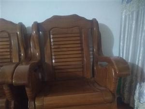 准备换新沙发,现出售实木沙发,茶几,两个独沙发,一个三连座沙发,两个小茶几,一个大茶几。全是上好的木...