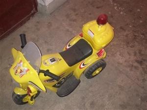 本人有一辆儿童电动车,三轮摩托车,可充电,带音乐警灯!因本人孩子长期老家,买回来没怎么用,现低价处理