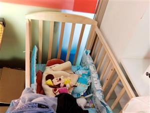 二手婴儿床!可以睡在5岁!只用过3 4次一直在店里放着!有需要的200元拉走!可以拆卸的!9.8成新...