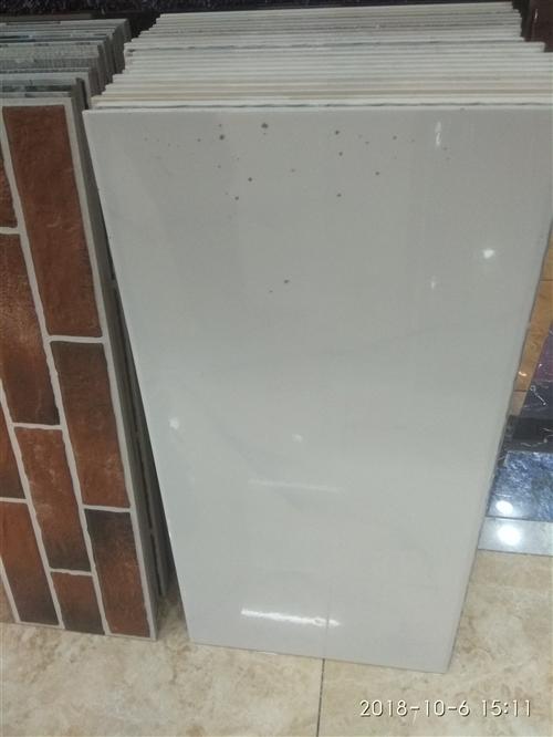 甩卖瓷砖样品,库存,底货。  内墙砖:300*600墙砖,   2元一块。 小地砖:300*3...