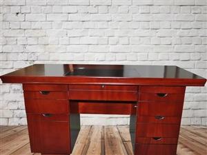 本人有两套商务办公桌,八成新,大号桌,原价600多,现降价出售有需要者,联系15593768848,...