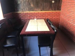 本人低价出售二手桌子,有意者联系。电话15765462113