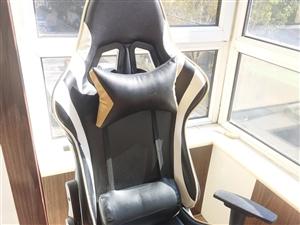 可做直播,打游戏坐着也十分舒服,铝合金脚,旋转升降扶手,180°可躺,质量十分厚实,现在闲置一个白色...