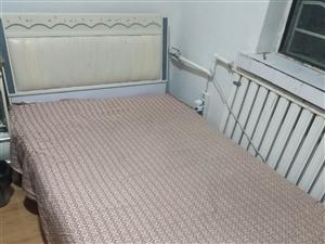 本人有一1.2×1.8的单人床,因家里人多需要换大床出售,八成新,床体结构牢固,有意者联系我,价格可...