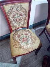 桌椅有买回来用了有多半年,有7.8成新,现低价出售。地址半山小巷,电话18037622993