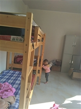 两个纯实木上下铺,带四个全新床垫,质量超级好的实木床,可以放家里面给小孩随意蹦跳,可以放店里当员工床...