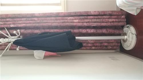 1.8米双人实木床,九成新,自己正在用的,包括床垫床头柜挂衣架,低价出售