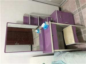 梳妆台加板凳,九成新,镜门可推拉,里面可储物。100元