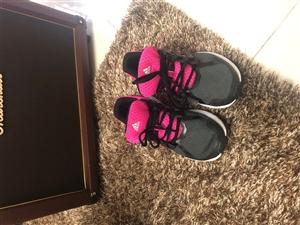 阿迪达斯跑步鞋 女鞋 五彩广场阿迪达斯专卖店购买 发票都在