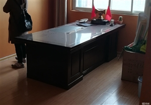 办公桌,一张。50元自提。送办公沙发,茶几
