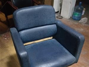 理发店升降转椅4把,8成新,便宜处理。有意者联系。