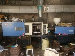 出售使用中的4台注塑机,一台138,三台120。还有冷却塔,带管道冷风机,粉碎机,高速100公斤搅锅...