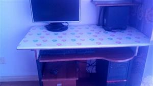 出售9成新电脑桌、和一台组装电脑,配置设备齐全,注明:显示屏发红啦,,,,兖矿集团兴隆矿兴盛园小区,...