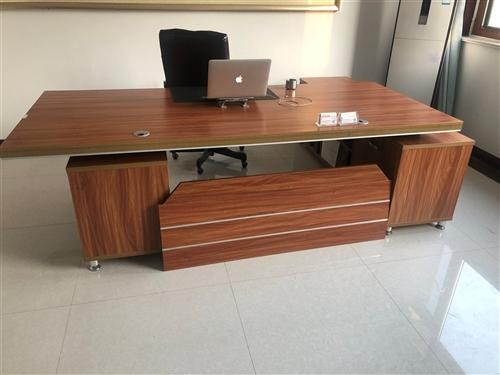 办公桌方向换了没法用了。长2.6米。适合从左边进