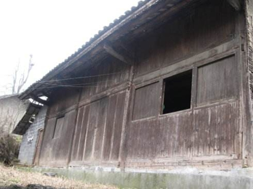 本人有一场三间满装的旧木房出售,地址:平永镇马寨村三组,有需要的联系电话15186920753