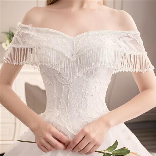 出售一套全新拖尾重手工蕾丝水钻缎面婚纱(带3米长头纱)